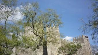 Guimarães està ple de racons que conviden a la descoberta. El castell.  MARTA MEMBRIVES