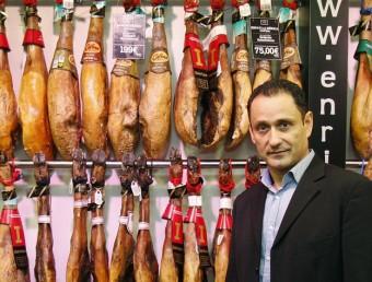 Enrique Tomás en una de les seves botigues.  ORIOL DURAN