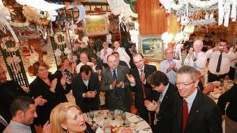 Alberto Ruiz-Gallardón, aclamat ahir pels companys de taula i el públic, abans de prendre la paraula en el míting a Figueres. MANEL LLADÓ