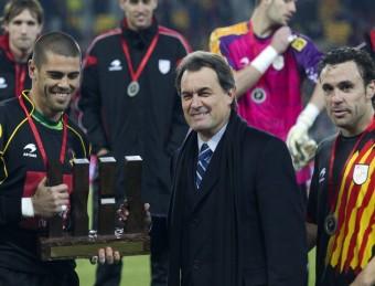 Artur Mas, a la dreta, en un dels últims partits de la selecció de futbol. EFE