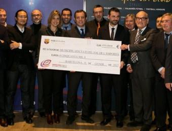 Els alcaldes dels municipis empordanesos afectats pels incendis de l'estiu passat, amb els directius del Barça dimecres passat en l'entrega del xec de 50.000 euros. EL PUNT AVUI