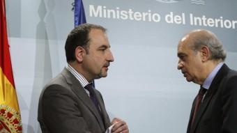 El conseller d'Interior de la Generalitat, Ramon Espadaler, saluda el seu homòleg espanyol, Jorge Fernández Díaz, aquest dilluns a Madrid EFE