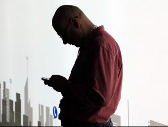 Via telèfon mòbil es poden comunicar moltes informacions, però no pas un acomiadament.  ARXIU