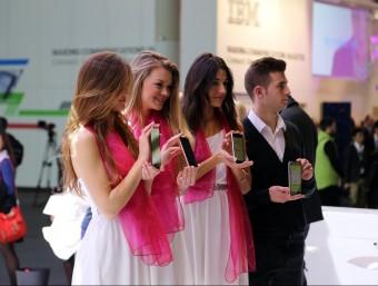Sigui per gust o per necessitat, el telèfon mòbil acapara l'atenció de l'usuari durant molts minuts al cap del dia.  ARXIU