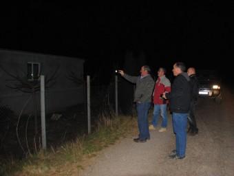 Dues patrulles del sometent d'Alcarràs, inspeccionant de nit una explotació agrícola del terme municipal. Surten en parelles, equipats amb lots i telèfons mòbils. J. TORT