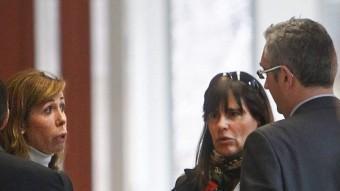 La líder del PP de Catalunya, Alícia Sánchez-Camacho, i l'exparella de Jordi Pujol Ferrussola, María Victoria Álvarez, el passat divendres a la Ciutat de la Justícia EFE