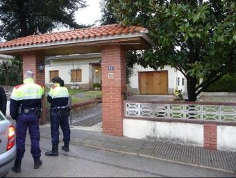 Dos agents dels Mossos d'Esquadra custodiant el mas Pascual, la casa de la urbanització Santa Coloma Residencial on hi va haver l'assalt frustrat Ò. PINILLA