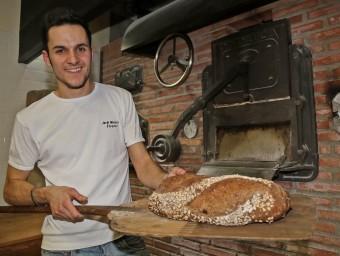 Jordi Morera és la cinquena generació de forners al capdavant del forn de pa l'Espiga d'Or, a Vilanova i la Geltrú.  Foto:JUANMA RAMOS