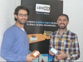 Sergi Moreno i Eduard Aguilera mostren dos models de Lockbox a la seu de la companyia, a Badalona.  MARTA MEMBRIVES