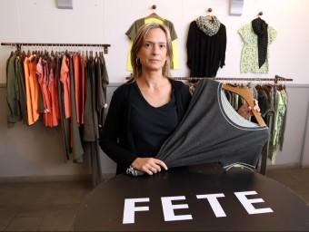 Sandra Lladó mostrant una de les samarretes d'aquest estiu a la botiga de Mataró.  JUANMA RAMOS