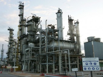 Imatge de la planta que La Seda, sota el nom d' IQA, té al polígon petroquímic de Tarragona.  Foto:ARXIU