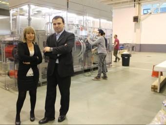 Núria Font i Gabriel Chillarón davant d'una de les màquines que fabriquen a Barberà.  Foto:J.A