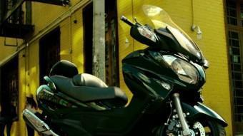 Sobren les paraules. L'aspecte del Suzuki Burgman 650 és imponent. Ara se'ns mostra amb unes arestes més fines i una cua més estilitzada, SUZUKI