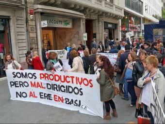 Treballadors de Basi davant una botiga de Lacoste.  Foto:J. RAMOS