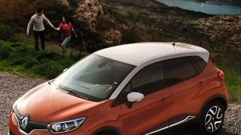 El Renault Captur està construït sobre la mateixa plataforma del nou Clio, respecte del qual és més llarg entre eixos i també més ample de vies. Els 20 centímetres d'altura lliure sobre el sòl li dónen més llibertat d'acció en pistes forestals. RENAULT