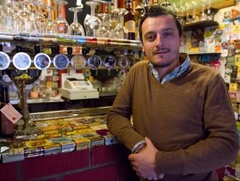David Moya, a la barra del 4 Pedres, la cerveseria del centre de Badalona que regenta amb la seva família.  A. SALAMÉ