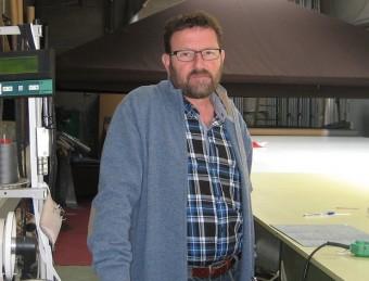 Francesc Conejo, director d'Actuality Carpas. Al fons, una de les seves carpes.  A. AGUILAR