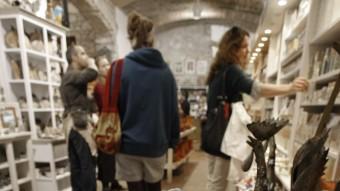 Les botigues OBRIRAN FINS LES 10 DE LA NIT ELS DOS DISSABTES LLUÍS SERRAT