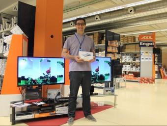 Daniel Isus, director comercial d'Engel Axil, davant dels televisors que fabriquen i amb un model de les noves 'tablet'.  J.A