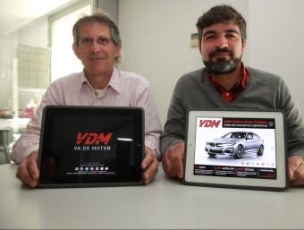 Josep Casanovas i Albert Alsina mostren la revista que han creat i que a finals de mes traurà el número cinc.  J.S