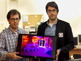 Esteve Llauradó i Xavier Aluja mostren una imatge d'una sala multisensorial feta per ells a Avilés.  JOSÉ CARLOS LEÓN