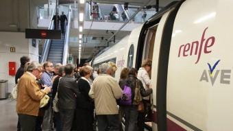 Viatgers del TAV a l'estació de Girona agafant els trens després de flors Foto:JOAN SABATER