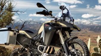 Aquesta és una moto àgil en carretera i d'allò més vàlida en pistes fora de l'asfalt. Respecte de la F 800 GS la capacitat de dipòsit de gasolina és superior i en conseqüència el subxassís ha estat reforçat. BMW