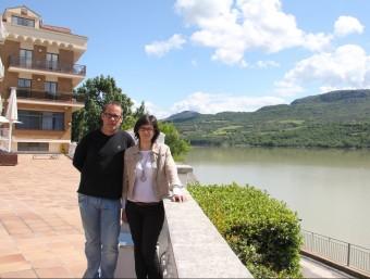 Alba Serra i el seu marit Xavier Boixadós. L'hotel té unes vistes espectaculars sobre l'embassament de Cellers i les muntanyes del Montsec, entre el Pallars Jussà i la Noguera.  D.M