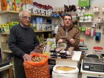 Lluís i Joan Serra, pare i fill, a la botiga centenària del carrer Barcelona d'Argentona.  JUAMMA RAMOS