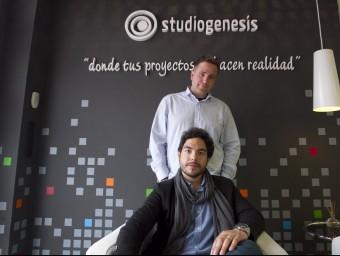 De peu, Daniel Olivares, d'Studiogenesis i, assegut, Roger Estil·les, de Kirubs.  JOSÉ CARLOS LEÓN