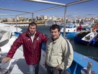 Manel i Pere Balfegó a la seua embarcació.  JOSÉ CARLOS LEÓN