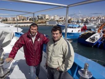 Manel i Pere Balfegó, cosins i socis del grup tonyinaire, a la seua embarcació.  JOSÉ CARLOS LEÓN