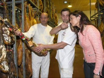 Yolanda Escuredo, controlant un dels pernils que té a la distribuïdora de Salt.  LLUÍS SERRAT