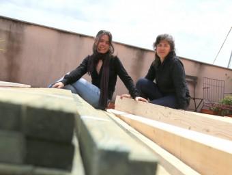 Ivet Companó i Mireia Mas treballen sovint amb fusta a les construccions.  ARXIU