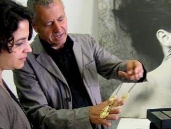 Mariona i Jaume Julià, amb una de les seves joies.