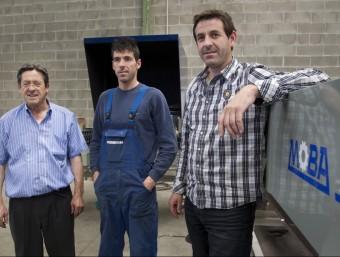 La família Alcantara, propietaris de l'empresa davant una màquina classificadora.  JOSÉ CARLOS LEÓN