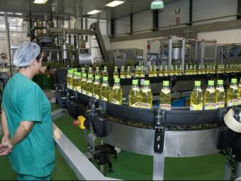Imatge de les instal·lacions d'envasat d'oli de la marca Borges a la fàbrica que el grup té a Tàrrega.  B.M.G