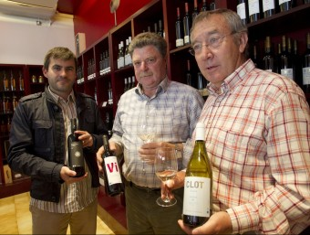 Josep Sabaté, Joaquim Aguiló i Jaume Martí amb els nous productes de la cooperativa.  JOSÉ CARLOS LEÓN