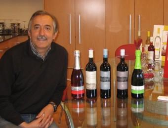 Macari Pujadó, gerent de Vins Grau, al costat de les tres ampolles de vi negre premiades a Brussel·les i dues del cava que elaboren.  ANNA AGUILAR