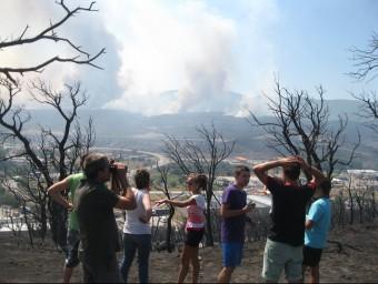 Uns veïns observant des de la Jonquera l'evolució de l'incendi del juliol del 2012. E. C
