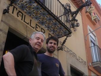 Rafel Codina i Pol Codina, a la façana de la botiga on també hi ha el taller de forja, al Camí Ral de Mataró.  E. FERRAN