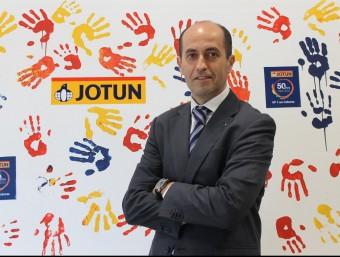 Francisco Guerra, director comercial de Jotun Ibérica, davant d'un dels plafons commemoratius del 50è aniversari.  JORDI ALEMANY