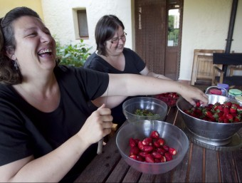 Mireia Jordana i Bet Carbonell elaboren artesanalment uns 7.000 pots de melmelada anuals amb fruita fresca i de proximitat.  JOSÉ CARLOS LEÓN