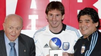 Leo Messi recull de mans de Di Stéfano el trofeu que porta el mateix nom, acompanyat de Diego Armando Maradona. A baix, Messi saluda Pelé en la gala de la Pilota d'Or. A la dreta, Johan Cruyff EFE / EL 9 / O. DURAN