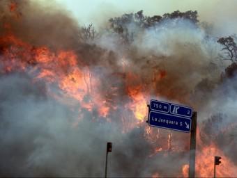 Imatge de l'incendi a l'Alt Empordà de 2012 al seu pas per la Jonquera ACN