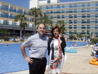 Enric Aragonès i Montserrat Iscla, fotografiats en una de les piscines del Golden Hotel Taurus Park de Pineda.  ORIOL DURAN