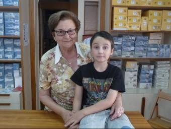 Maria Dolors Soler, propietària del negoci, amb el seu nét, integrant de la setena generació dels Guinart de Cal Xiquet.  M.MEMBRIVES