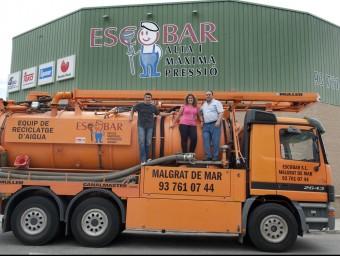 Josep, Esther i José Escobar dalt del camió de reciclatge d'aigua a Malgrat.  JOSEP LOSADA