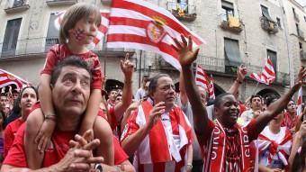 Els aficionats del Girona , de totes les edats, entregats a l'equip LLUÍS SERRAT