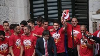 Els jugadors del Girona , al balcó de l'Ajuntament MANEL LLADÓ